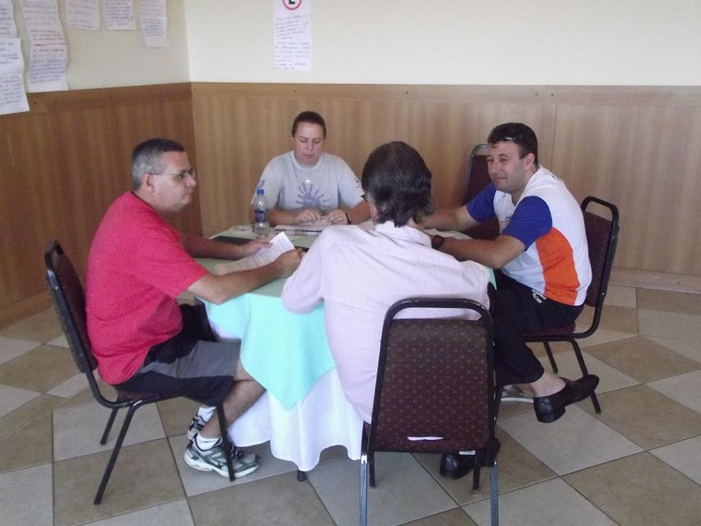 Divididos em grupos, participantes discutem principais ideias.