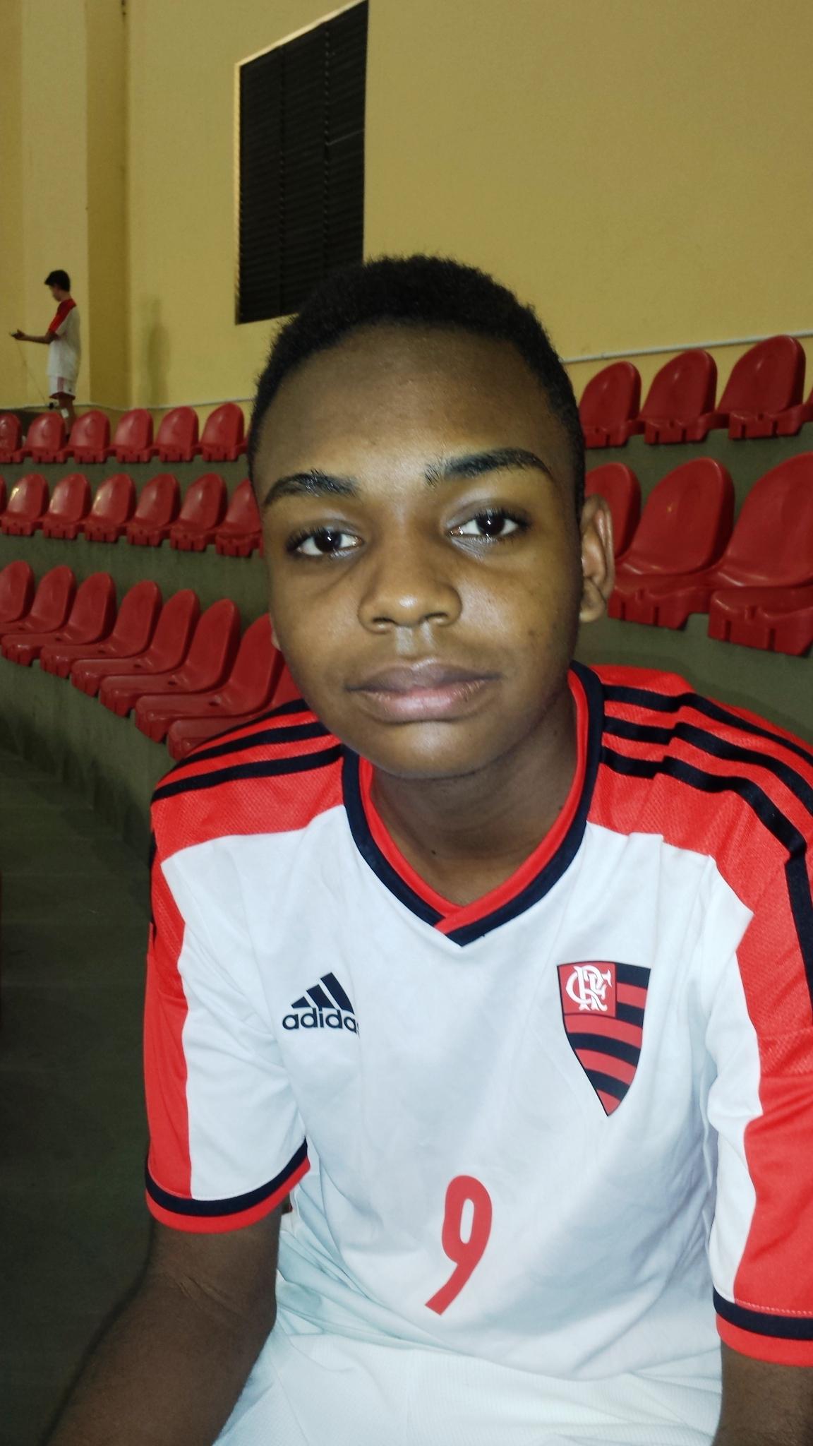 Herick Enzo Alves do Núcleo Higienópolis – Rio/RJ do projeto Vôlei em Rede representa equipe do Flamengo.
