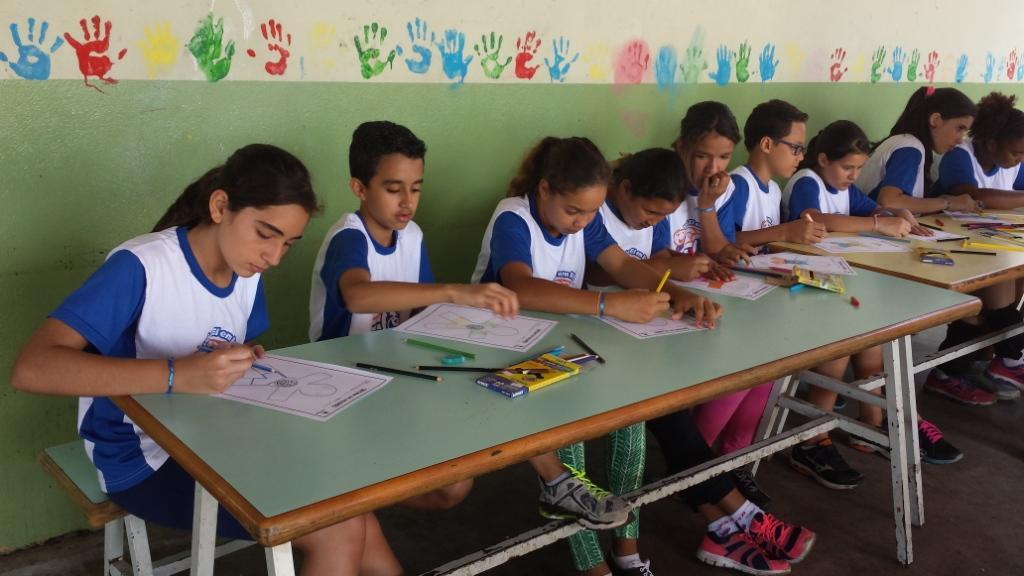 Atividade de valores caracteriza Metodologia Compartilhar de Iniciação ao Voleibol e alunos a praticam durante evento.