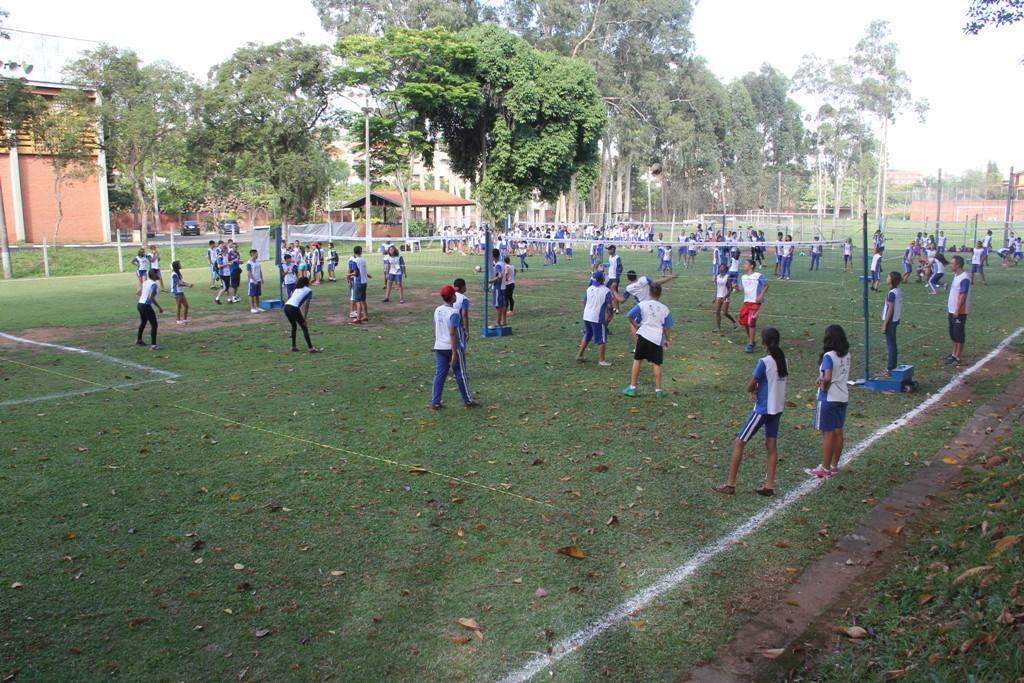 Quadras de minivôlei montadas no gramado proporcionam experiência diferente para crianças e adolescentes.