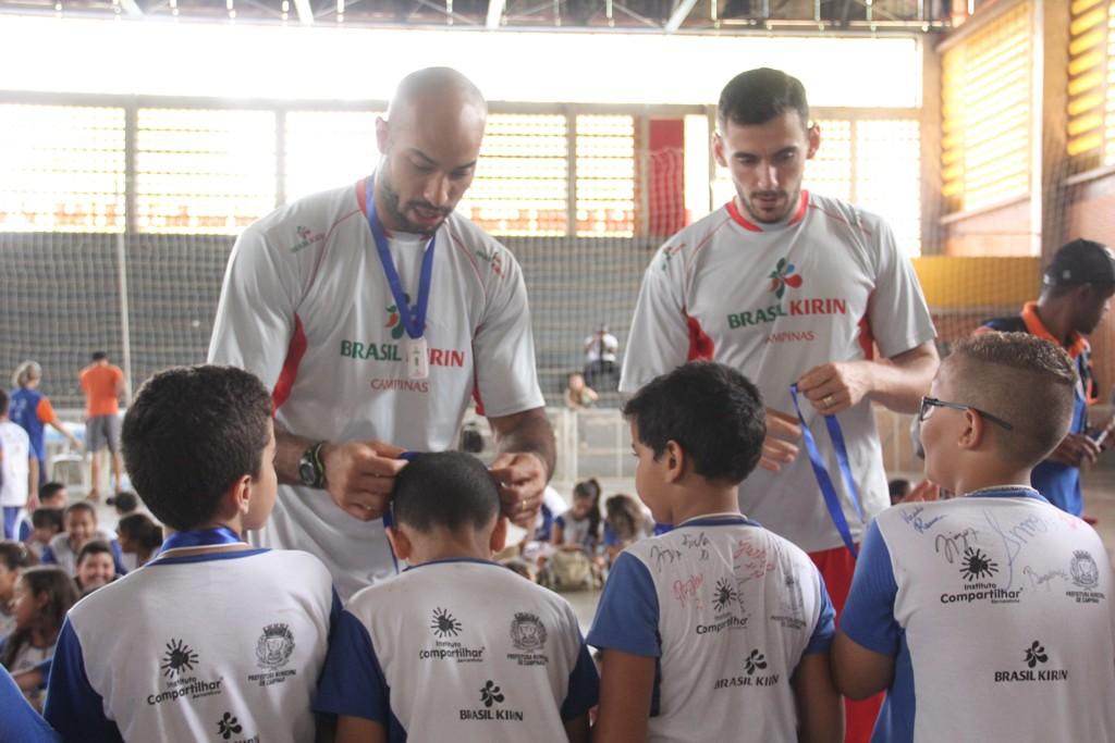 Atletas da Brasil Kirin fazem a alegria da meninada entregando medalhas e kits.