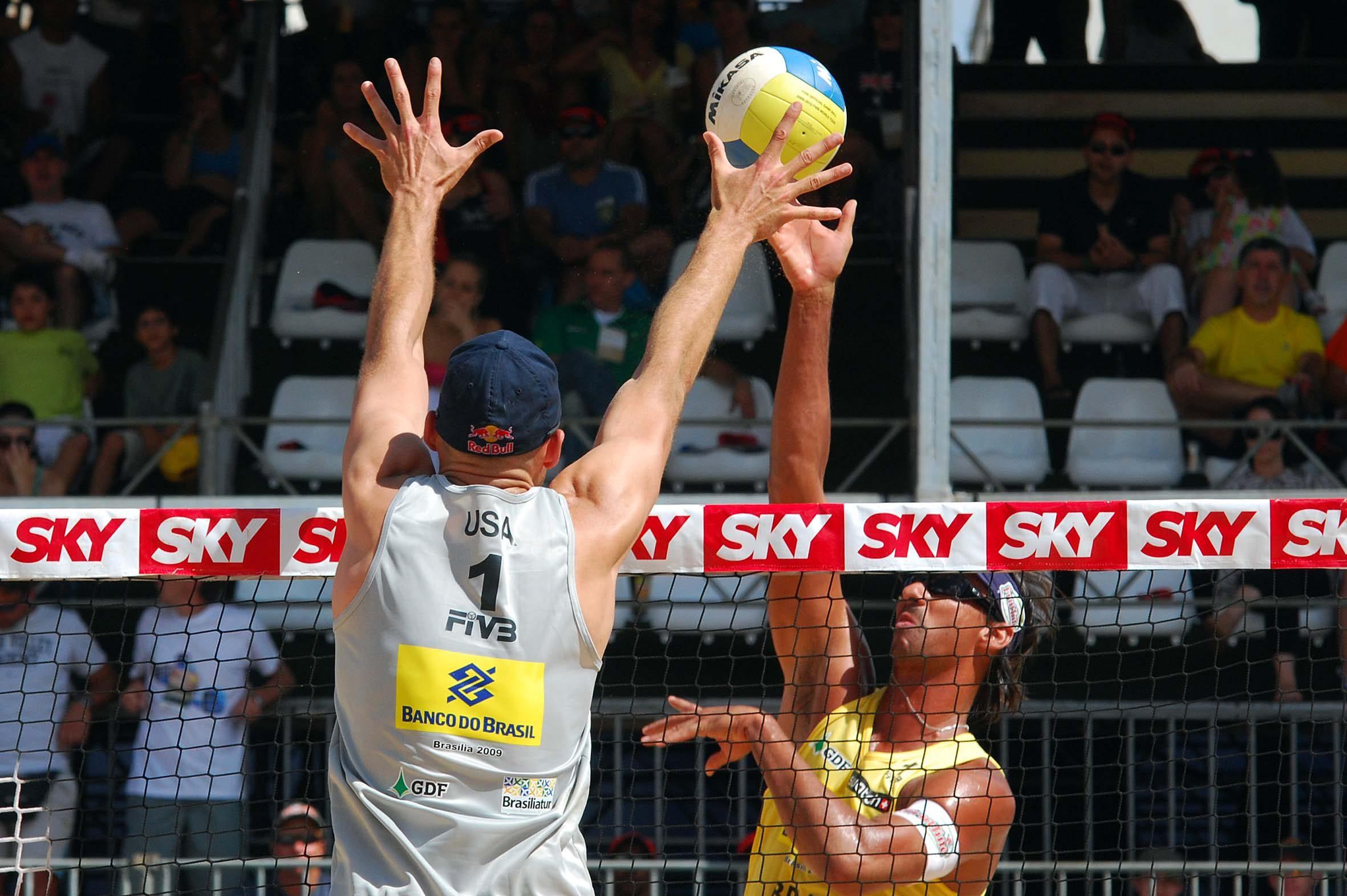 Brasileiro Ricardo Santos x Americano Phil Dalhausser. Créditos FIVB (Federação Internacional de Voleibol).