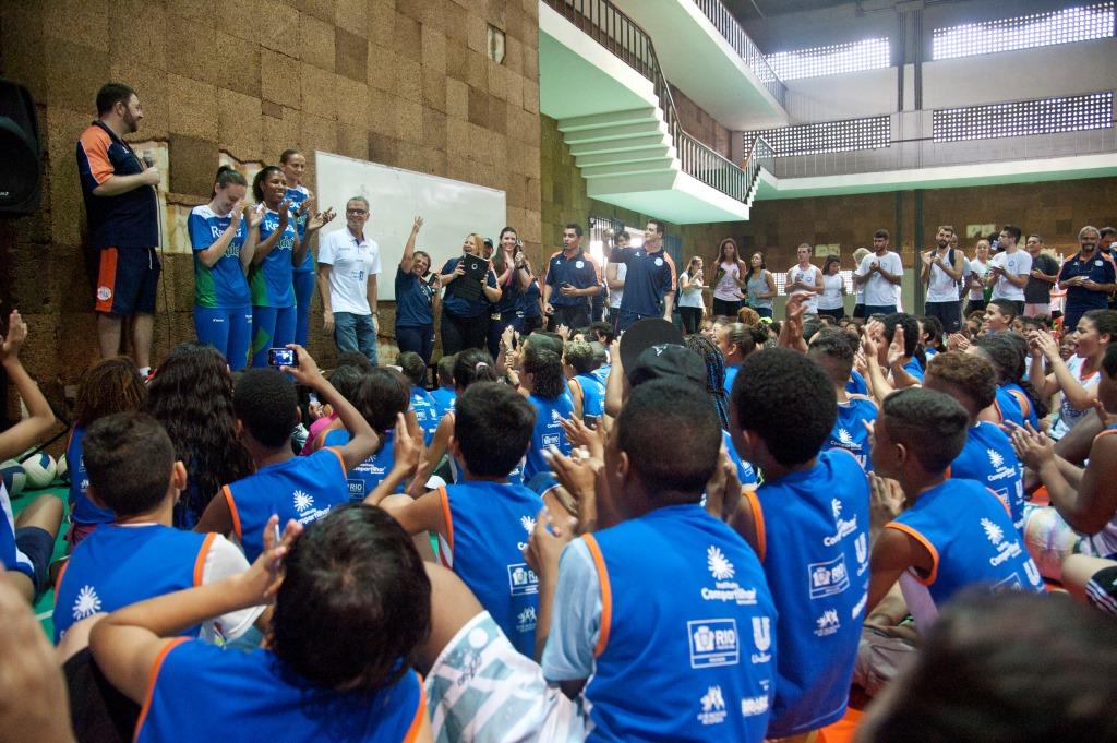 Jogadoras da equipe Rexona-Ades de voleibol feminino, Roberta, Régis e Fabi, acompanhadas de Bernardinho, diretor presidente do Compartilhar, visitam festival.