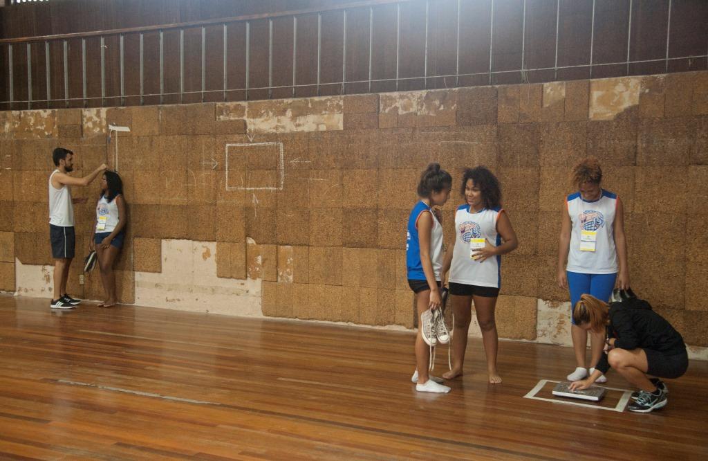 Alunos participam de oficina de cálculo de Índice de Massa Corporal nos intervalos dos jogos.