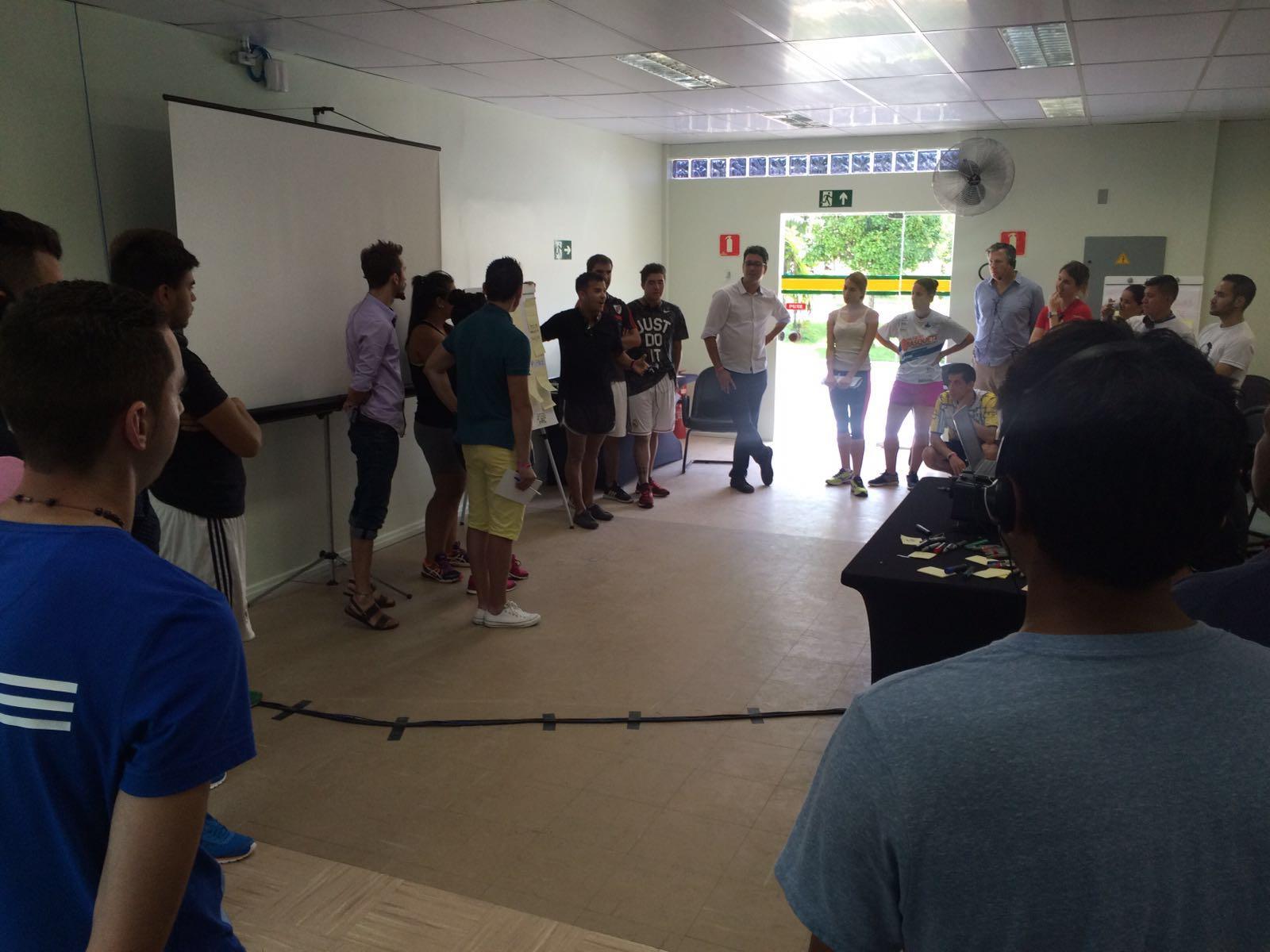 Participantes do evento apresentam seus projetos esportivos realizados em cada país.