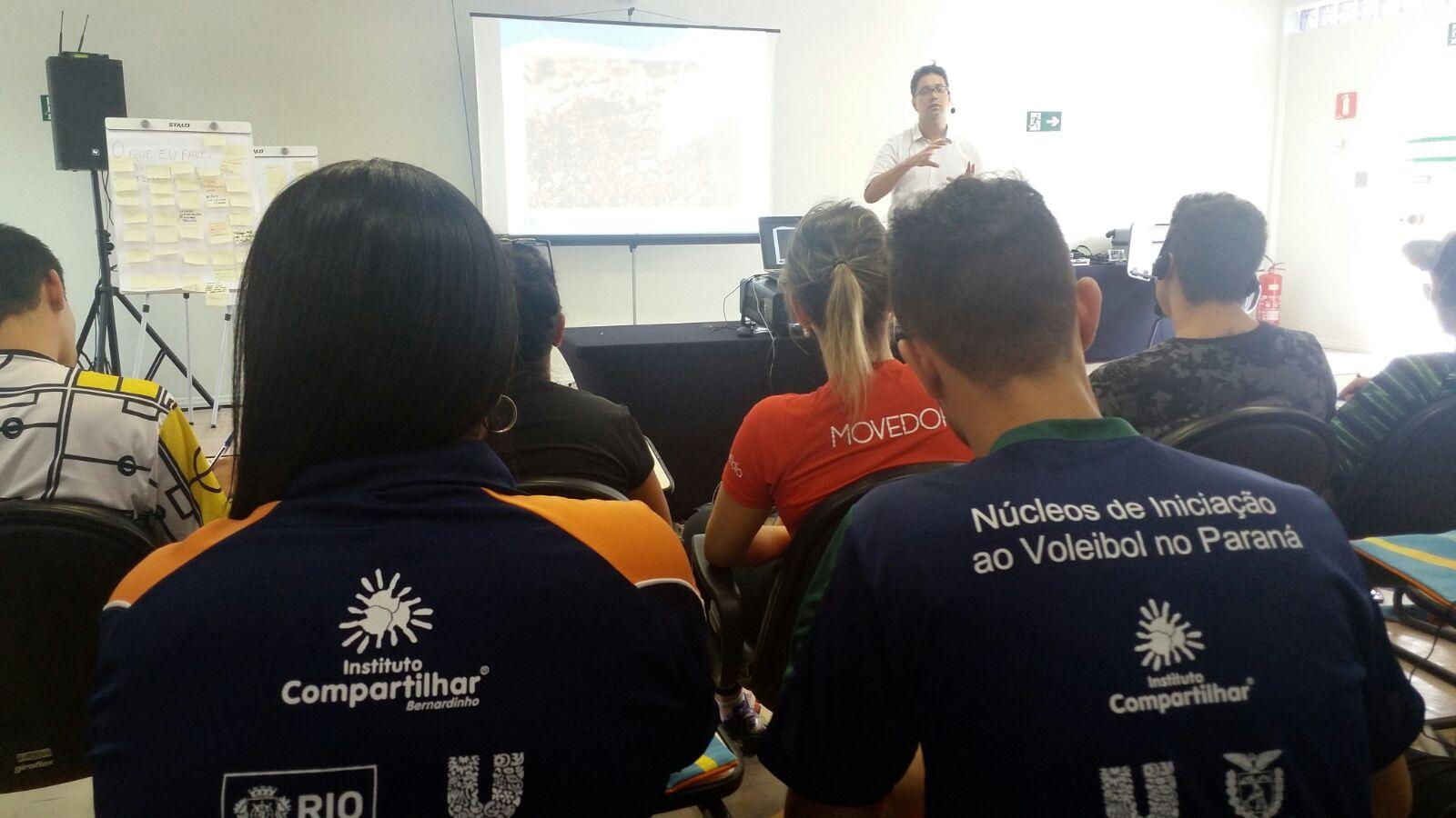 Renata Regis, coordenadora dos Núcleos Rio/RJ e Gabriel Jungles, professor do Núcleo Central de Curitiba, assistem a palestras durante o curso.