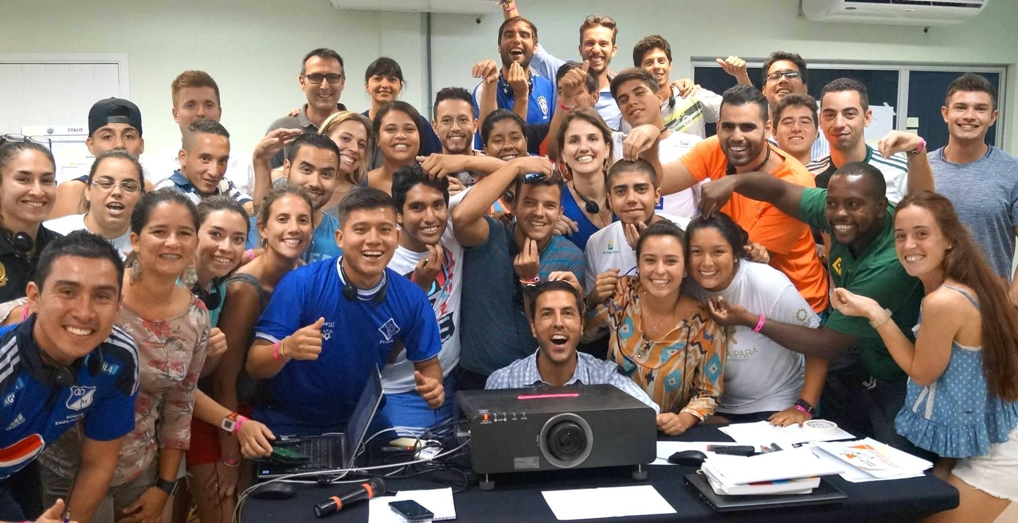 Jovens de seis países da América Latina se tornam amigos e o clima fica descontraído.