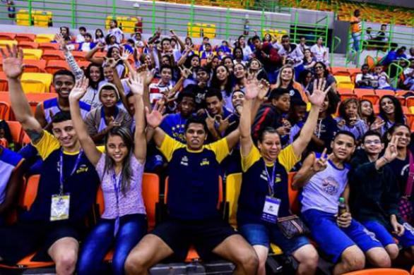 Alunos do Núcleo Taquara interagem e comemoram a partida com atletas da Seleção Brasileira de Goalball.